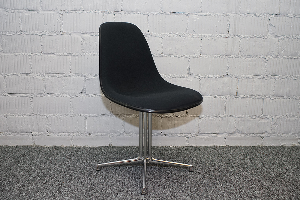 Vitra Eames Fiberglass Chair La Fonda Stoff schwarz